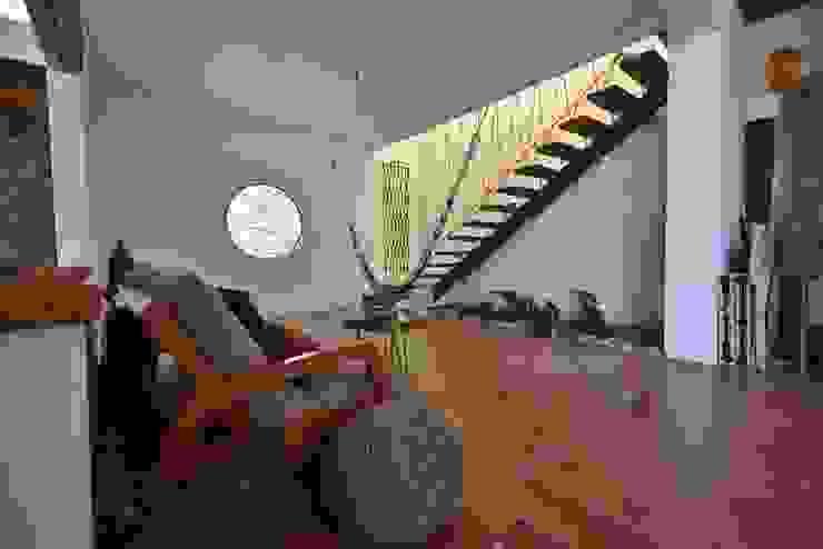 Casa Quetzalcoátl / Escalera : Escaleras de estilo  por AT arquitectos, Ecléctico