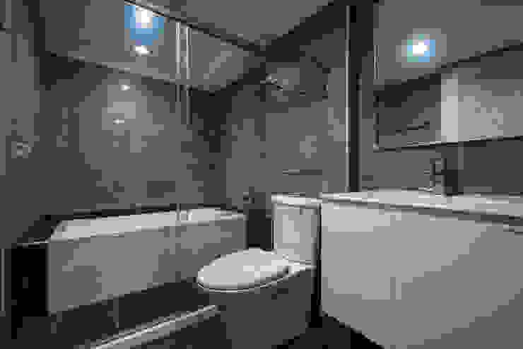 給老建築新生命的改造工程 現代浴室設計點子、靈感&圖片 根據 富亞室內裝修設計工程有限公司 現代風 磁磚
