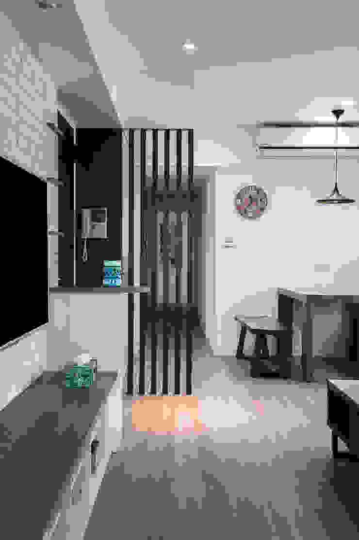 給老建築新生命的改造工程 現代風玄關、走廊與階梯 根據 富亞室內裝修設計工程有限公司 現代風 合板
