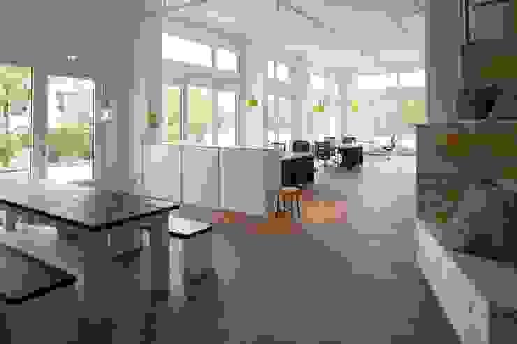 OFFENE KÜCHE ALS MEETING POINT Skandinavische Bürogebäude von _WERKSTATT FÜR UNBESCHAFFBARES - Innenarchitektur aus Berlin Skandinavisch