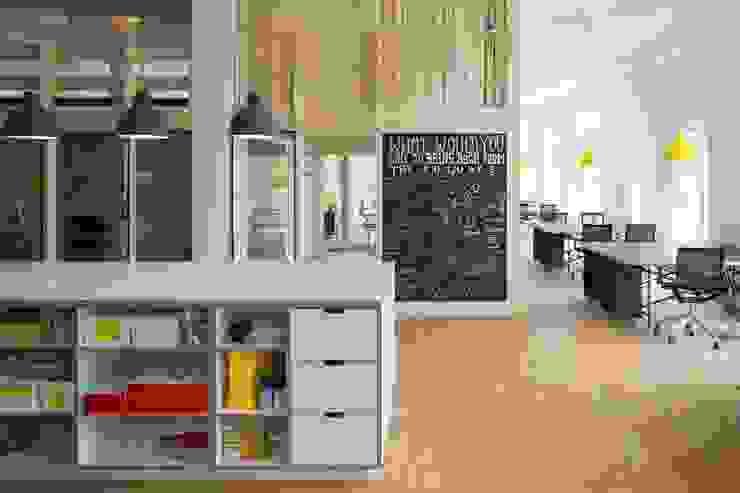 WORKSHOP Skandinavische Bürogebäude von _WERKSTATT FÜR UNBESCHAFFBARES - Innenarchitektur aus Berlin Skandinavisch