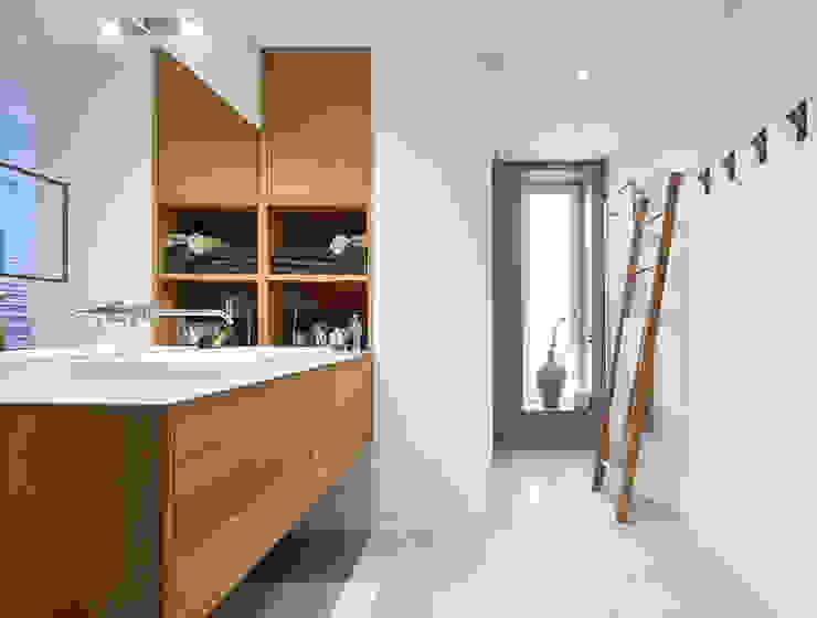 Badezimmer: modern  von DOMANI INTERIOR. Möbel. Art. aus Freiburg,Modern Holz Holznachbildung