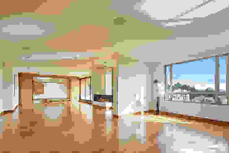 Área comedor y sala Salas modernas de Sentido Interior Arquitectos Moderno Madera maciza Multicolor