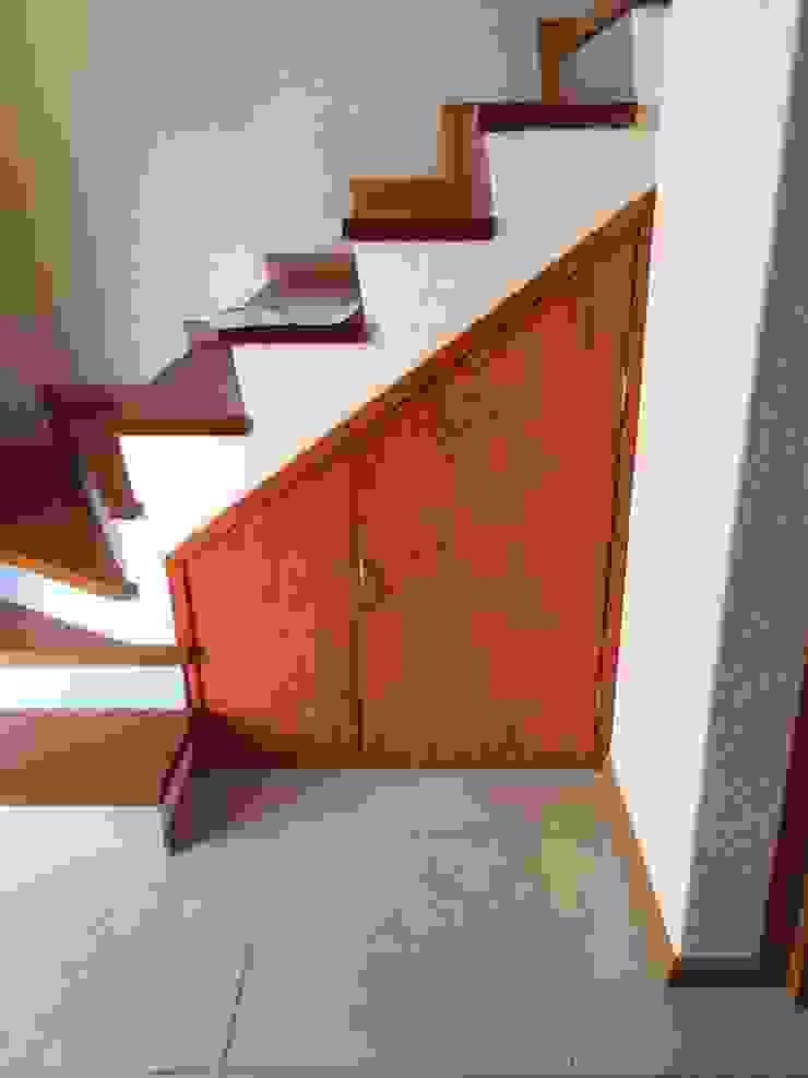 PUERTA BAÑO Y BODEGUITA ESCALERAS de Carpintería Interiorismo Moderno Madera Acabado en madera