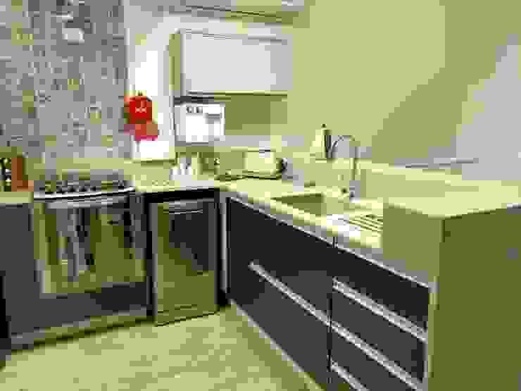 cozinha americana com mobiliario compacto: Cozinhas  por Ana Laura Wolcov - ARTE WOLCOV ,Moderno