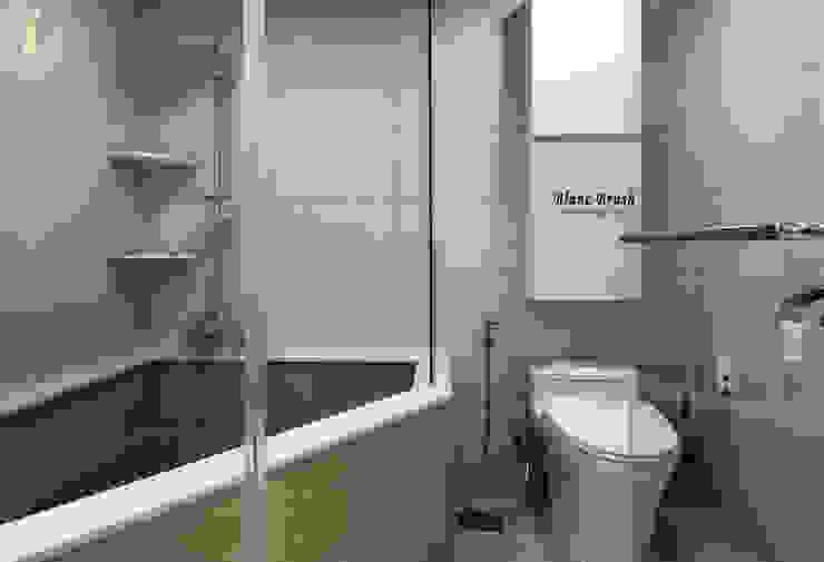 Baños modernos de 블랑브러쉬 Moderno