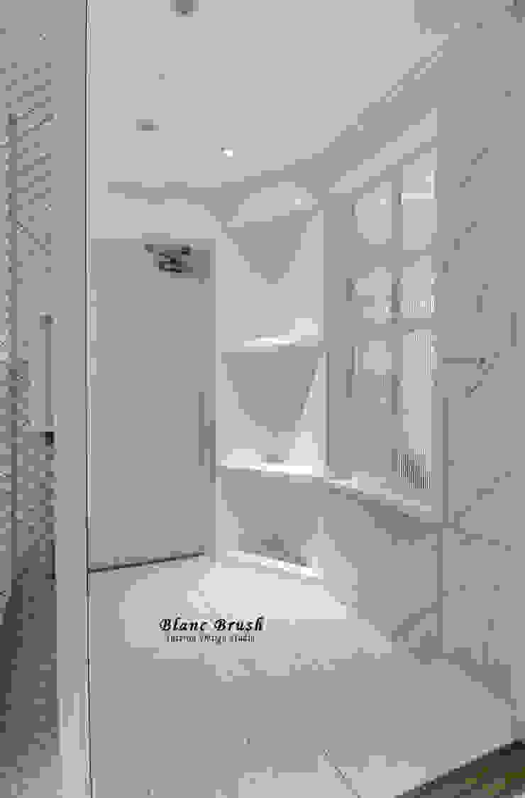 Modern corridor, hallway & stairs by 블랑브러쉬 Modern