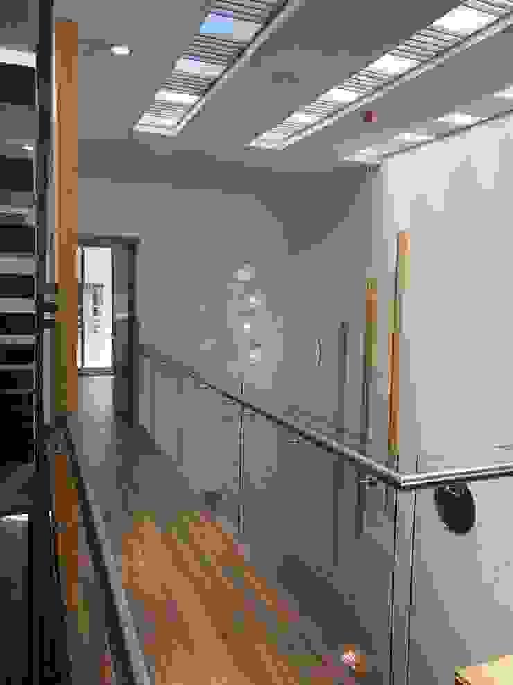 fachada pequeñita Pasillos, vestíbulos y escaleras de estilo minimalista de OROPEZA ARQUITECTOS Minimalista