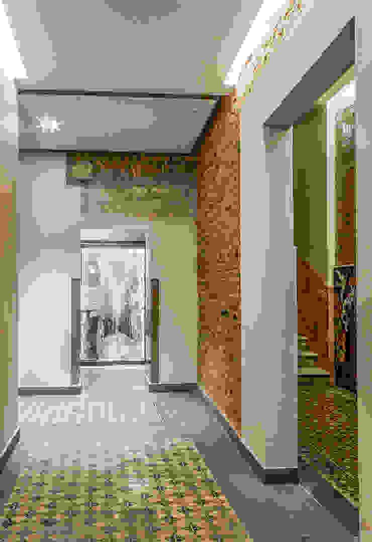 Vestíbulo de entrada con elementos originales Pasillos, vestíbulos y escaleras de estilo clásico de Xmas Arquitectura e Interiorismo para reformas y nueva construcción en Barcelona Clásico Ladrillos
