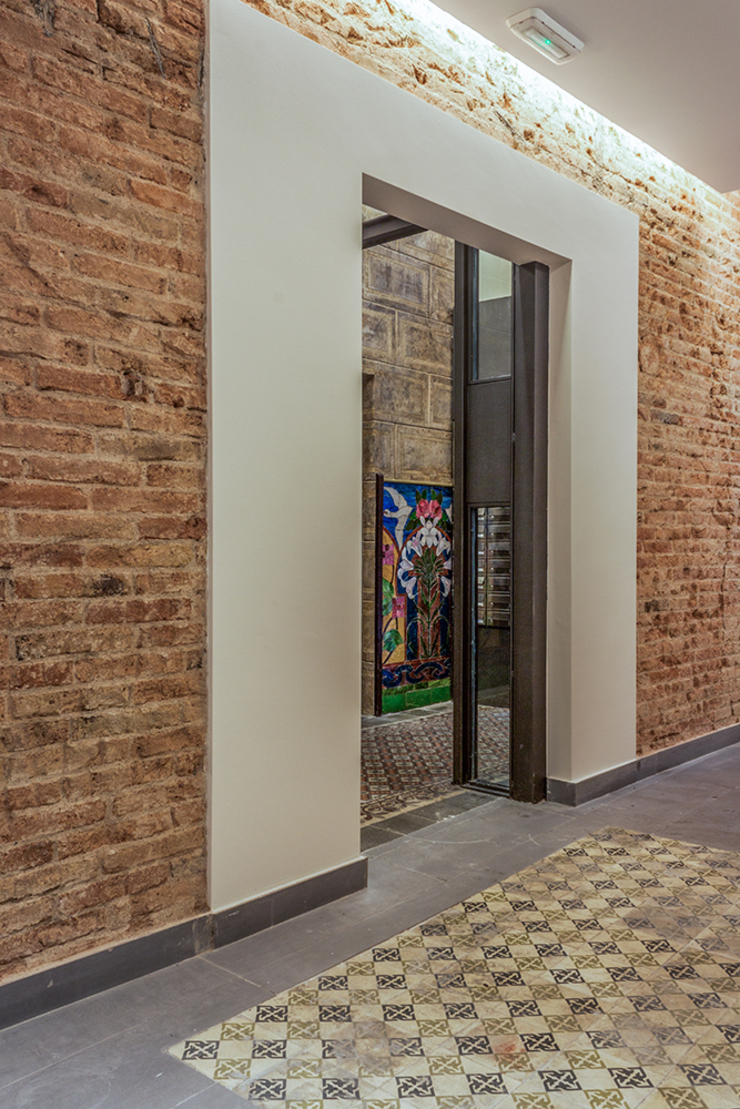 Recuperación de paredes de obra vista originales Pasillos, vestíbulos y escaleras de estilo clásico de Xmas Arquitectura e Interiorismo para reformas y nueva construcción en Barcelona Clásico Ladrillos