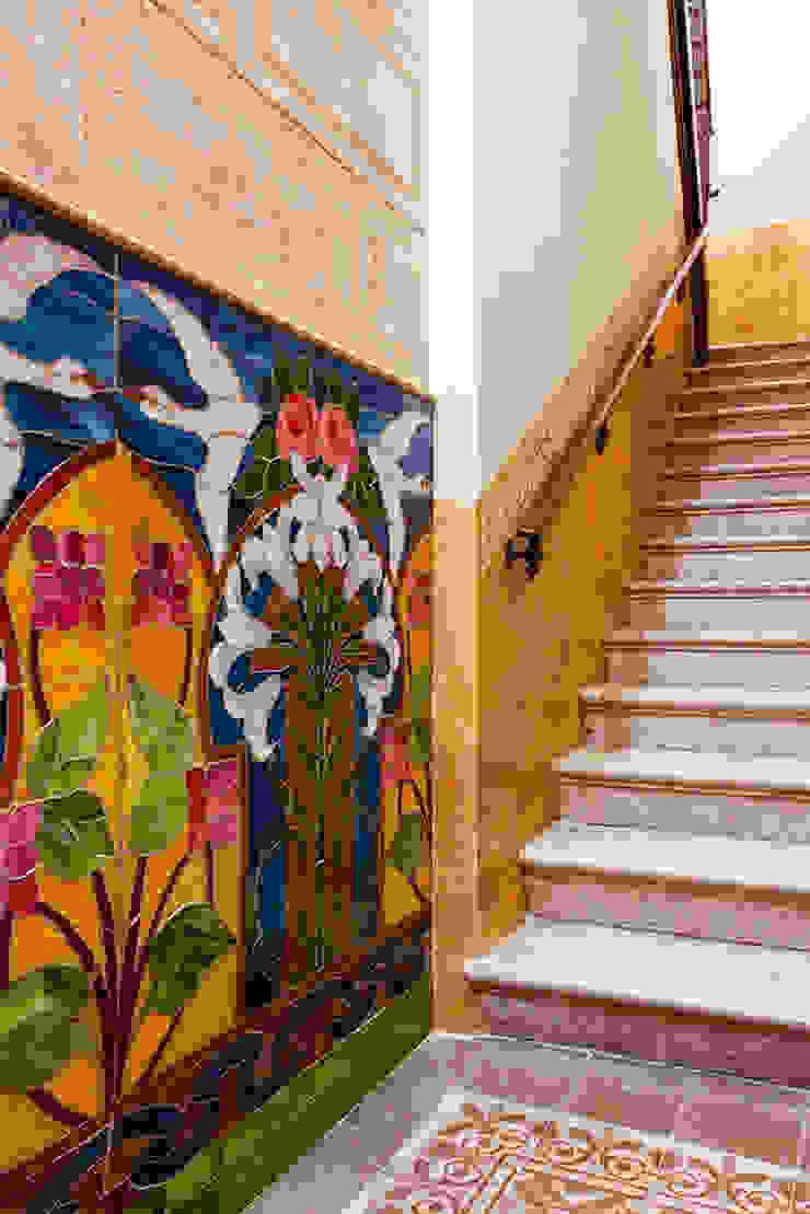 Escalera de edificio con estucos originales de Xmas Arquitectura e Interiorismo para reformas y nueva construcción en Barcelona Clásico