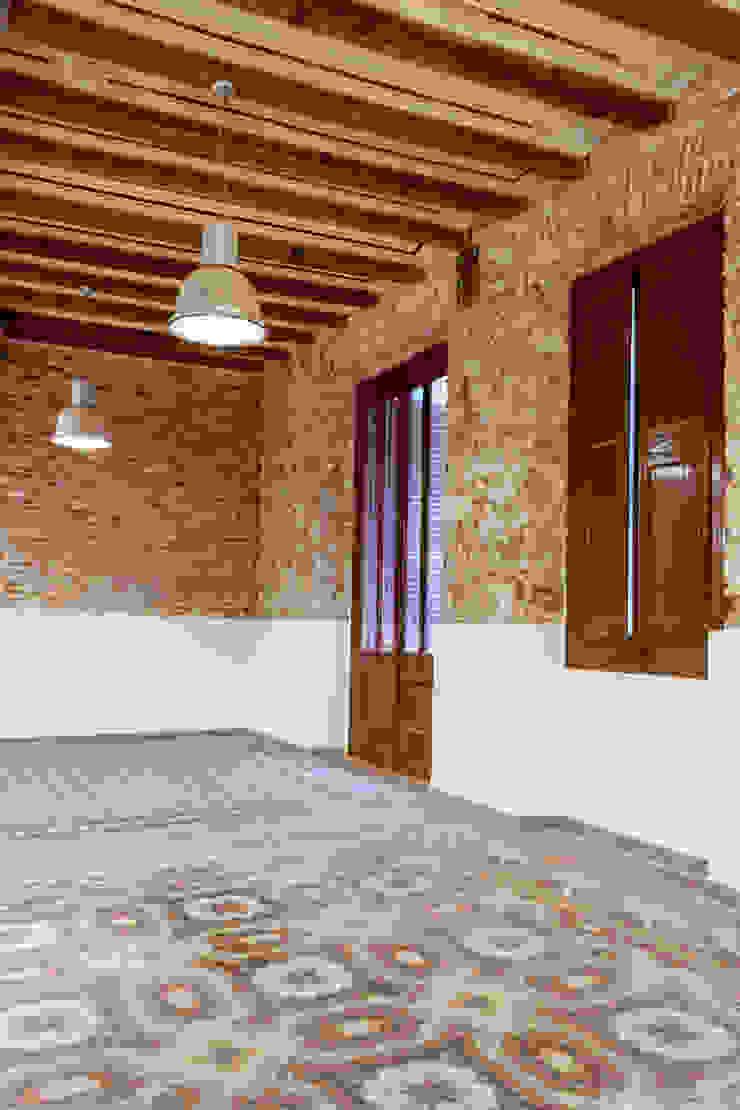 Reforma interior con estilo industrial Salones de estilo industrial de Xmas Arquitectura e Interiorismo para reformas y nueva construcción en Barcelona Industrial Ladrillos