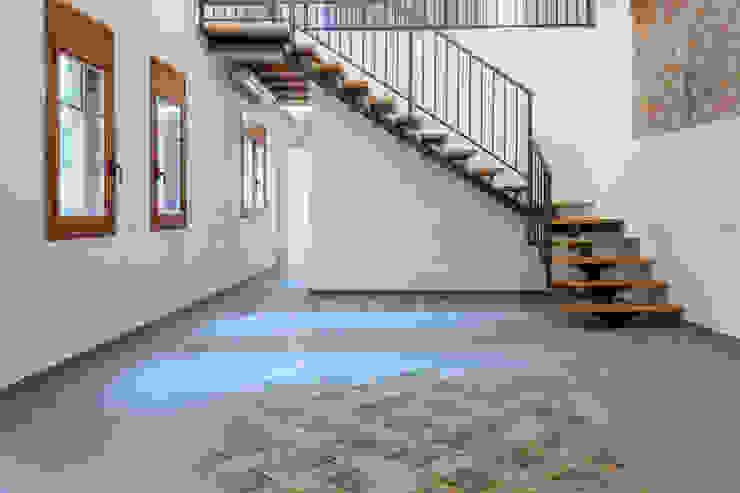 Escalera para vivienda dúplex de Xmas Arquitectura e Interiorismo para reformas y nueva construcción en Barcelona Industrial