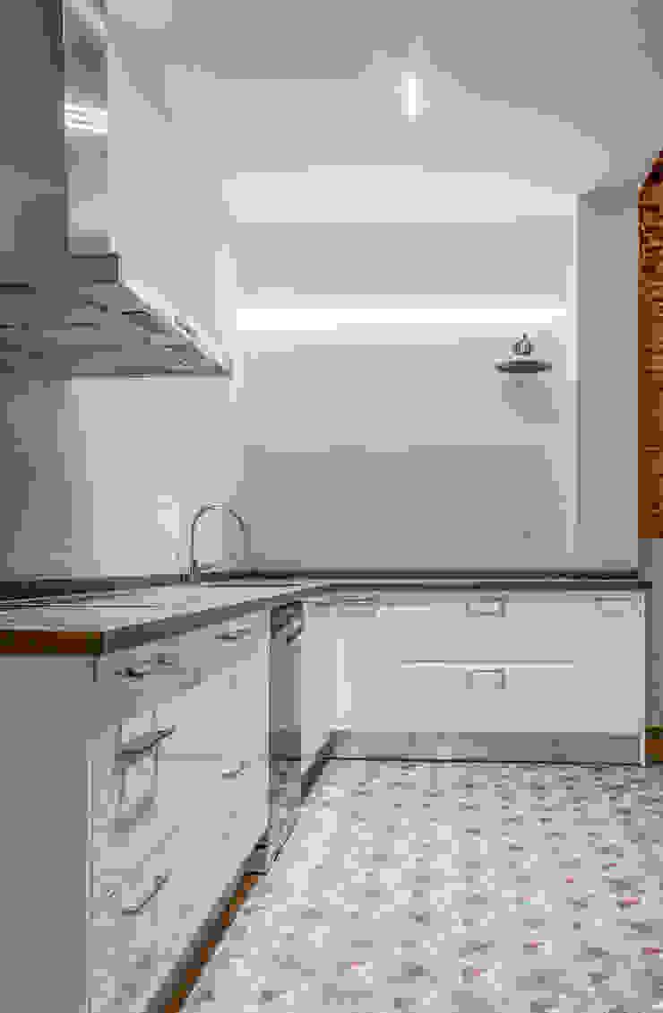 Cocina minimalista de Xmas Arquitectura e Interiorismo para reformas y nueva construcción en Barcelona Industrial