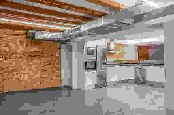 Cocina integrada en el salón Cocinas de estilo industrial de Xmas Arquitectura e Interiorismo para reformas y nueva construcción en Barcelona Industrial
