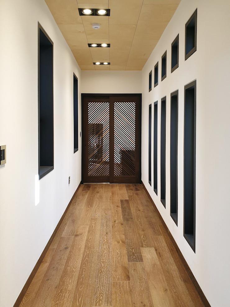 Modern Corridor, Hallway and Staircase by 성종합건축사사무소 Modern
