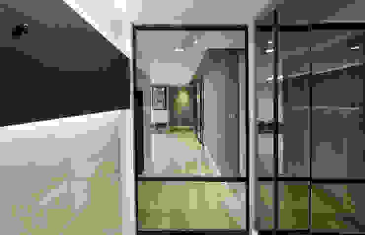 블랑브러쉬 Ingresso, Corridoio & Scale in stile moderno
