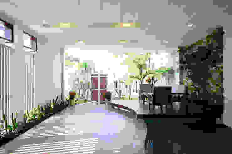 Ngôi Nhà Đẹp 2 Mặt Tiền Thoáng Mát Với Sự Bao Vây Của Cây Xanh bởi Công ty Thiết Kế Xây Dựng Song Phát Hiện đại