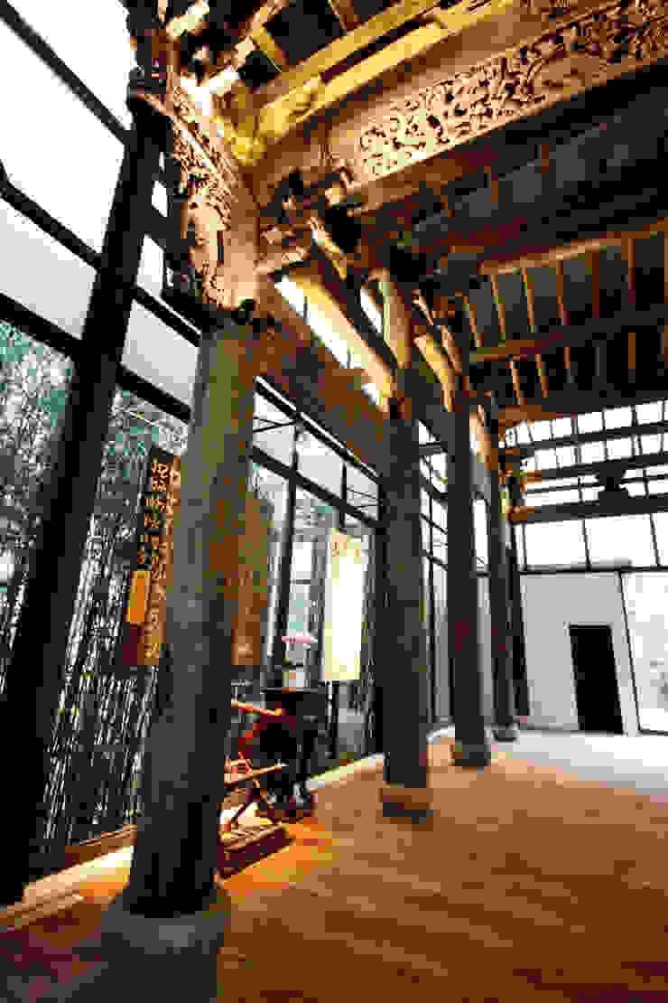 透過玻璃落地窗看到外面的大片竹林 Asian style doors by 台中室內建築師|利程室內外裝飾 LICHENG Asian
