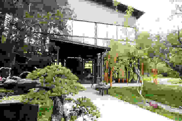 整座建築被一大片綠景環繞 by 台中室內建築師|利程室內外裝飾 LICHENG Asian