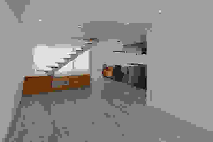 Sala de Estar | Cozinha Salas de jantar minimalistas por OBRA ATELIER - Arquitetura & Interiores Minimalista Compósito de madeira e plástico