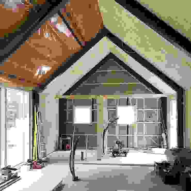 Aislamiento termico Paredes y pisos de estilo moderno de Design WRX Moderno Madera Acabado en madera