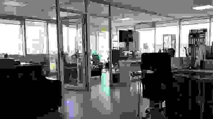 OFICINAS ALVEAL MUSICA- RENCA Oficinas y bibliotecas de estilo moderno de AOG Moderno Derivados de madera Transparente