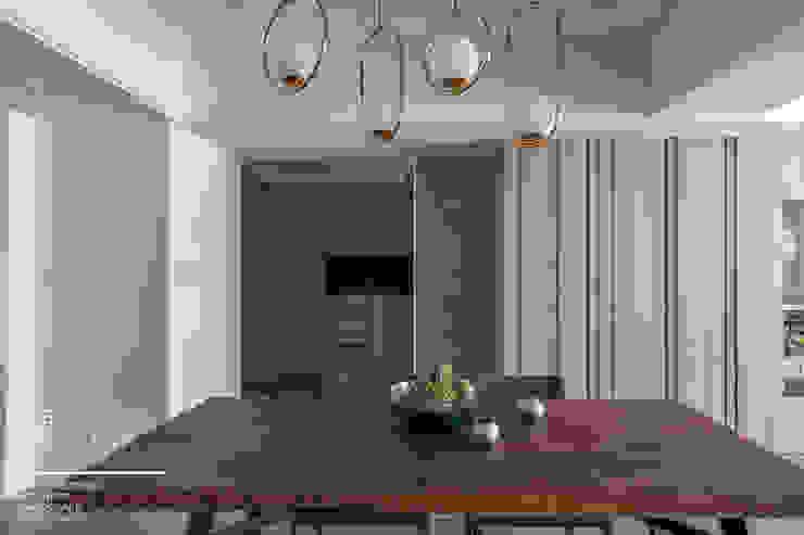 百玥空間設計 ─ 36℃ 灰 現代風玄關、走廊與階梯 根據 百玥空間設計 現代風 實木 Multicolored
