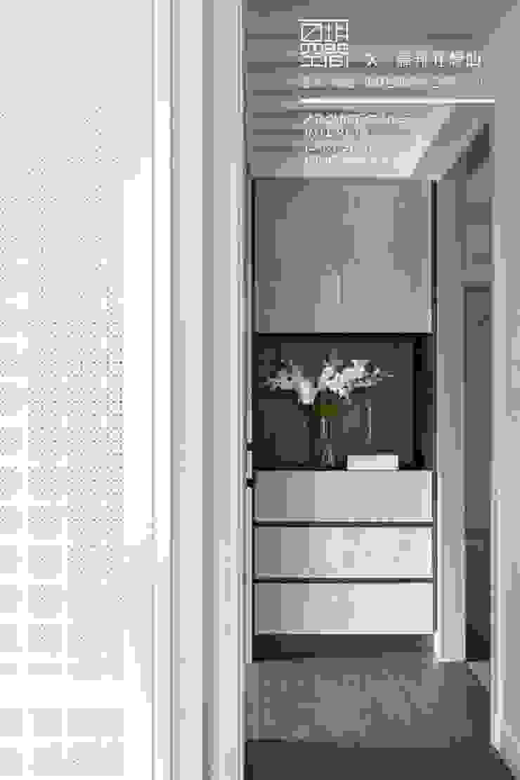 百玥空間設計 ─ 蕭邦狂想曲 隨意取材風玄關、階梯與走廊 根據 百玥空間設計 隨意取材風 木頭 Wood effect