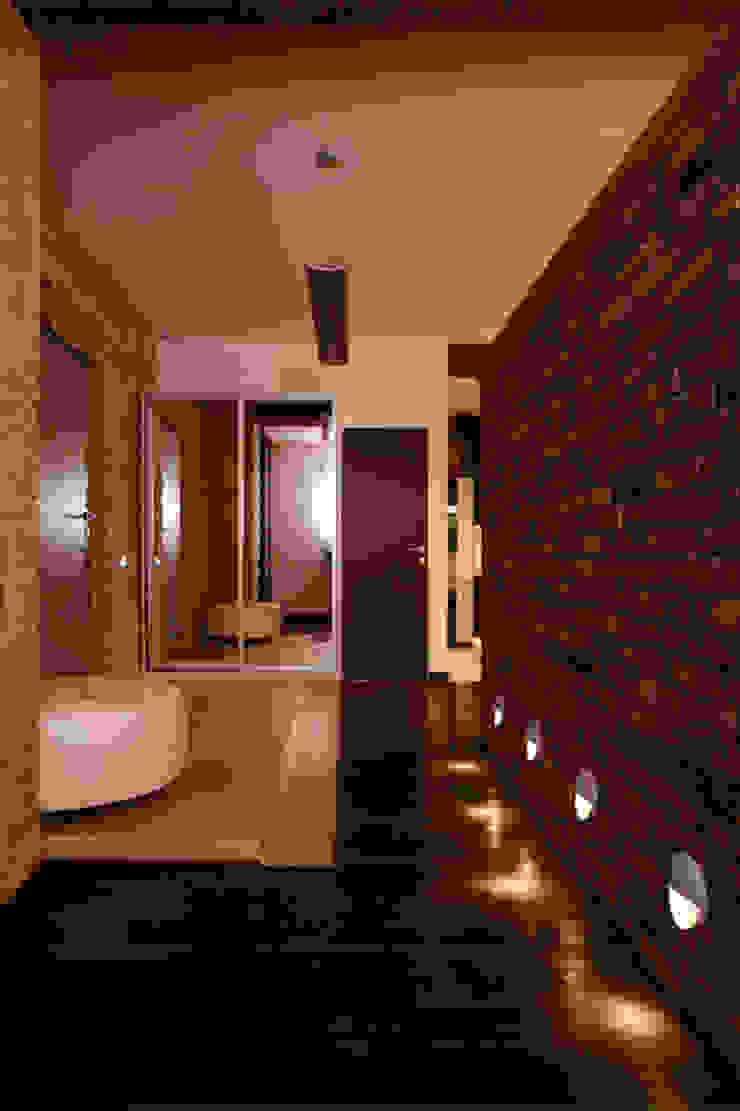 Pasillos, vestíbulos y escaleras de estilo industrial de Irina Yakushina Industrial