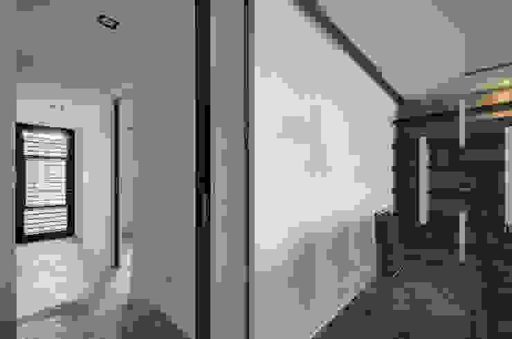 Pasillos, vestíbulos y escaleras industriales de 邑舍室內裝修設計工程有限公司 Industrial