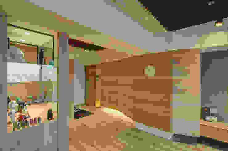 質樸溫潤 邑舍室內裝修設計工程有限公司 亞洲風玄關、階梯與走廊