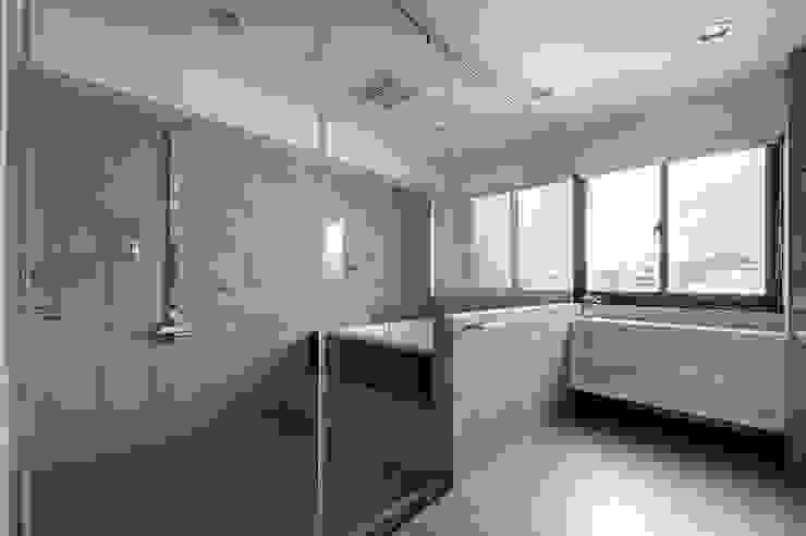 跳脫框架 現代浴室設計點子、靈感&圖片 根據 邑舍室內裝修設計工程有限公司 現代風