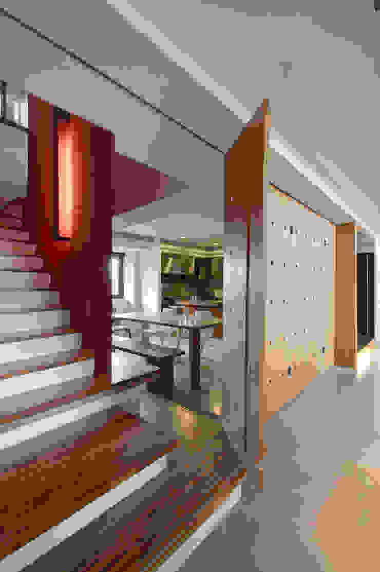跳脫框架 現代風玄關、走廊與階梯 根據 邑舍室內裝修設計工程有限公司 現代風