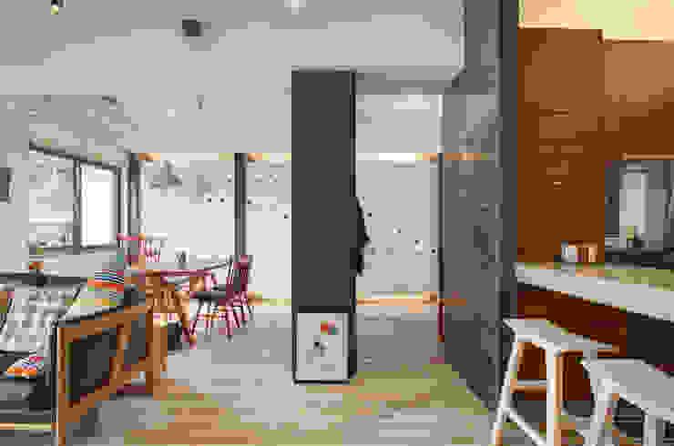 自由穿梭 別有洞天 邑舍室內裝修設計工程有限公司 亞洲風玄關、階梯與走廊