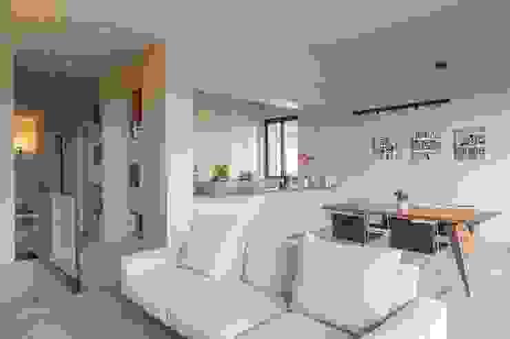 Zona living in stile minimalista con divano bianco Soffici e Galgani Architetti Soggiorno minimalista Bianco