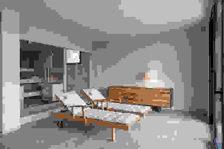 Zona relax con sdraio e sauna : Spa in stile  di Soffici e Galgani Architetti, Minimalista