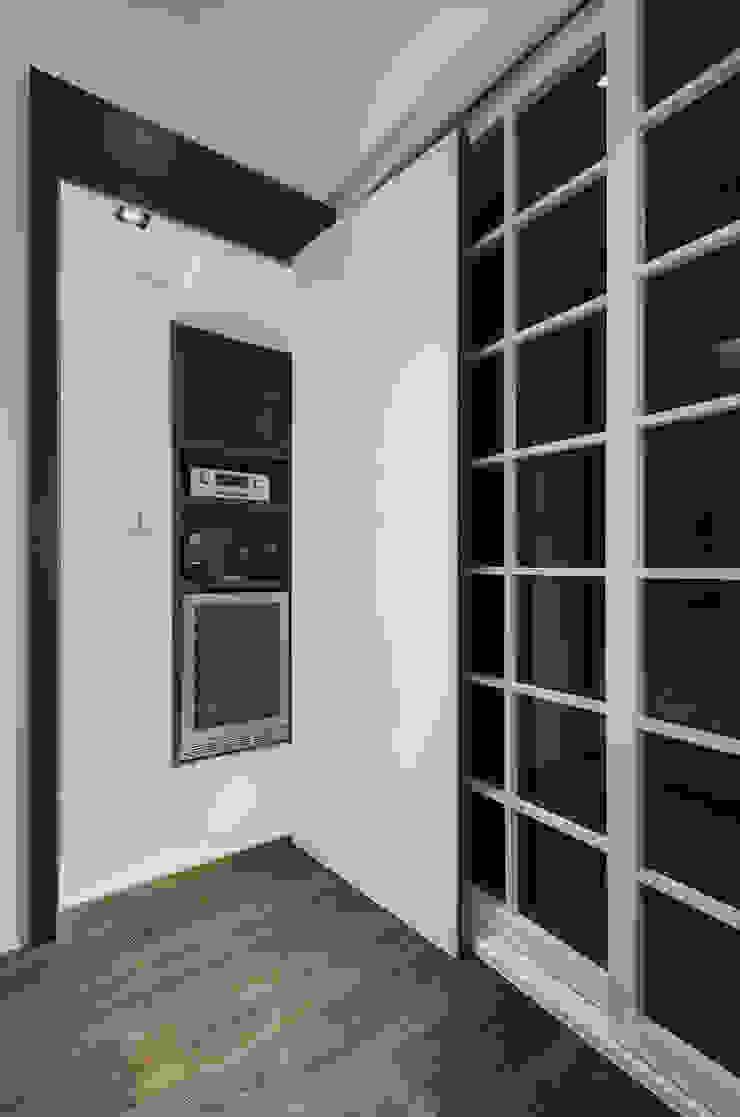 沉穩大器 現代廚房設計點子、靈感&圖片 根據 邑舍室內裝修設計工程有限公司 現代風