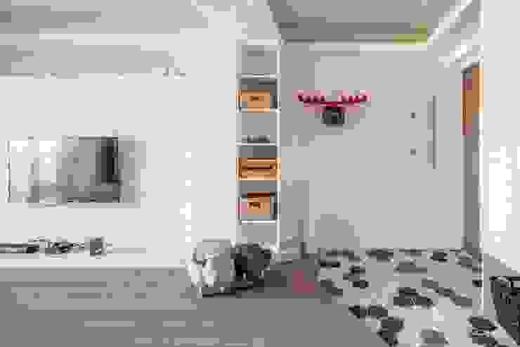 - 斯堪的納維亞風格的走廊,走廊和樓梯 根據 FEELING室內設計 北歐風