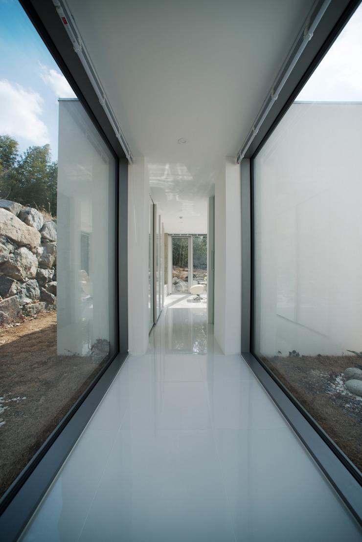 Modern Corridor, Hallway and Staircase by ARCHIRIE Modern