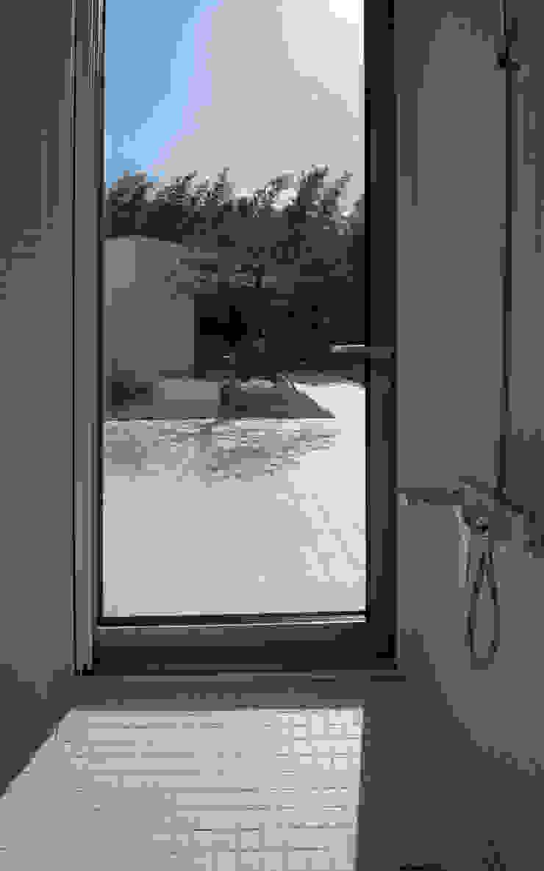 Modern Bathroom by ARCHIRIE Modern