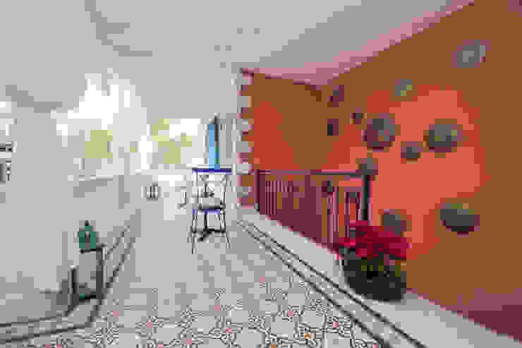 Hotel in Alacati by KAROİSTANBUL KAROİSTANBUL Couloir, entrée, escaliers tropicaux Tuiles