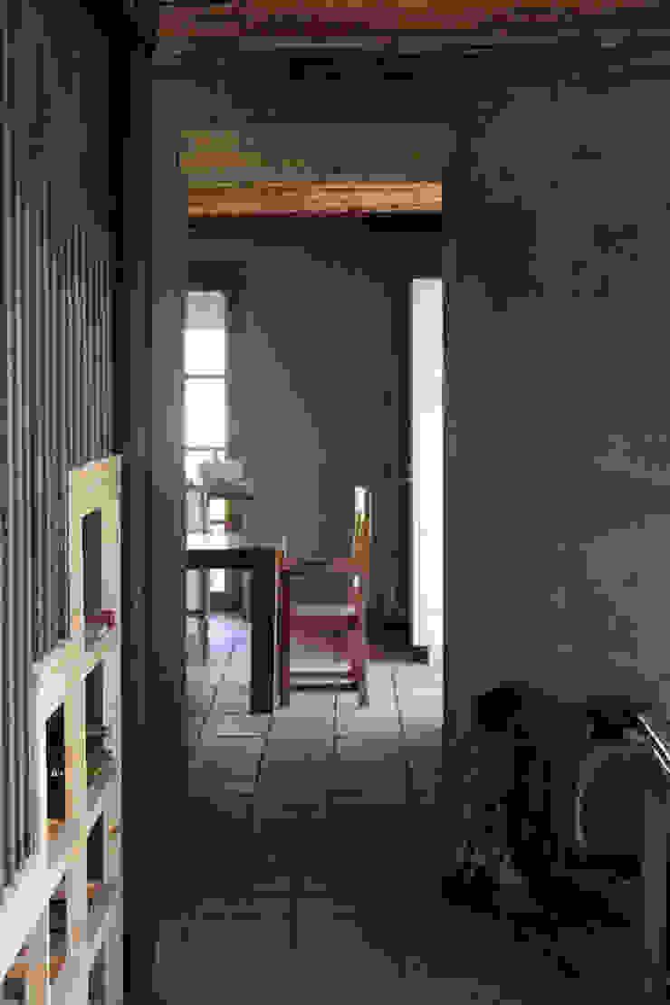 Pasillos, vestíbulos y escaleras de estilo colonial de ALIWEN arquitectura & construcción sustentable - Santiago Colonial