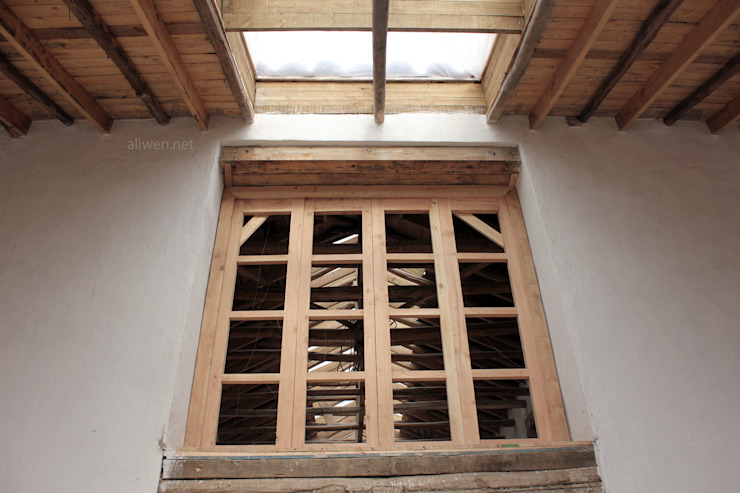 Puertas y ventanas de estilo colonial de ALIWEN arquitectura & construcción sustentable - Santiago Colonial