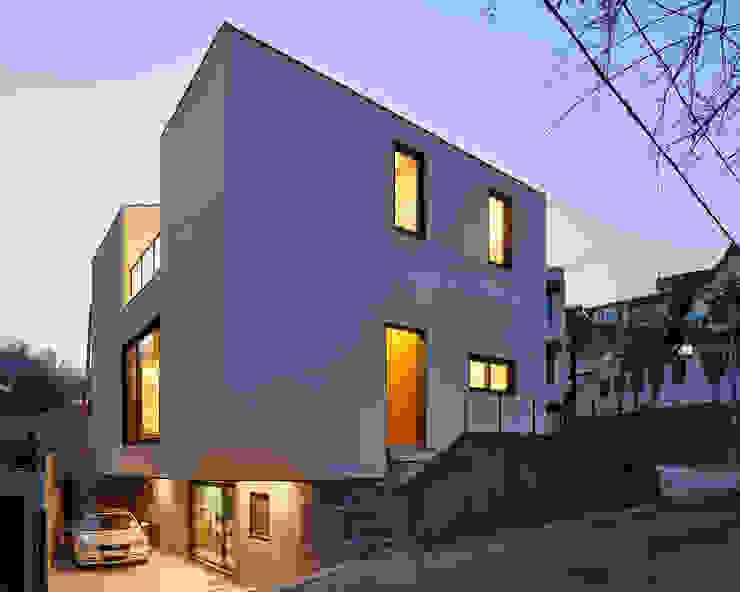 SQUARE & TRIANGLE HOUSE by Studio 李心田心 스튜디오 이심전심 건축사 사무소 모던