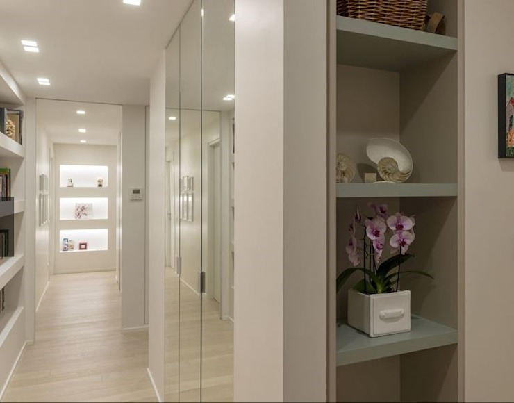long corridor in white colour with mirrors Modern corridor, hallway & stairs by decormyplace Modern Glass