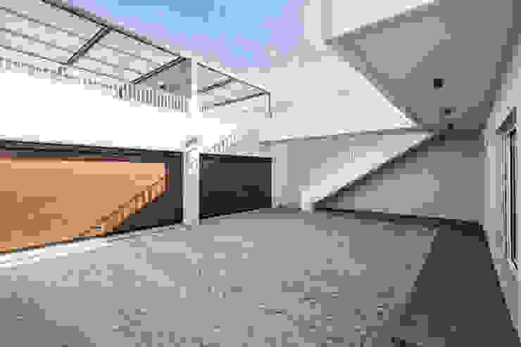 Pátio | Garagem - T3 em Leça da Palmeira - SHI Studio Interior Design ShiStudio Interior Design Garagens duplas