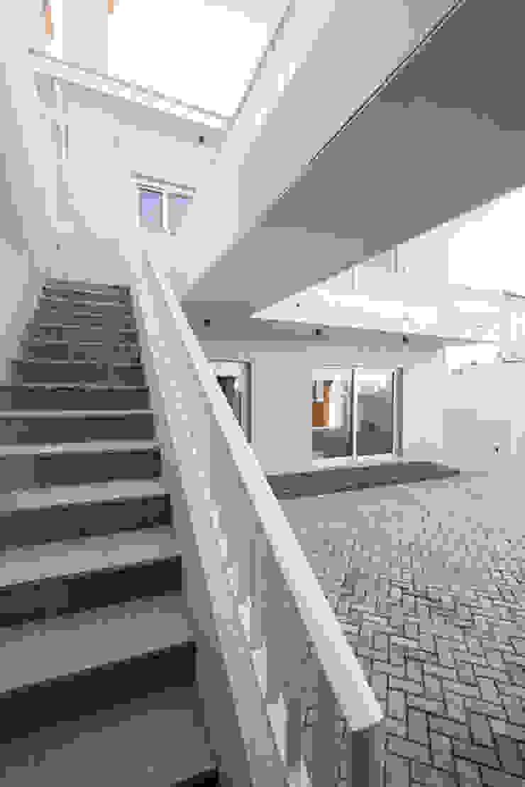 Escadaria para o terraço - T3 em Leça da Palmeira - SHI Studio Interior Design ShiStudio Interior Design Escadas