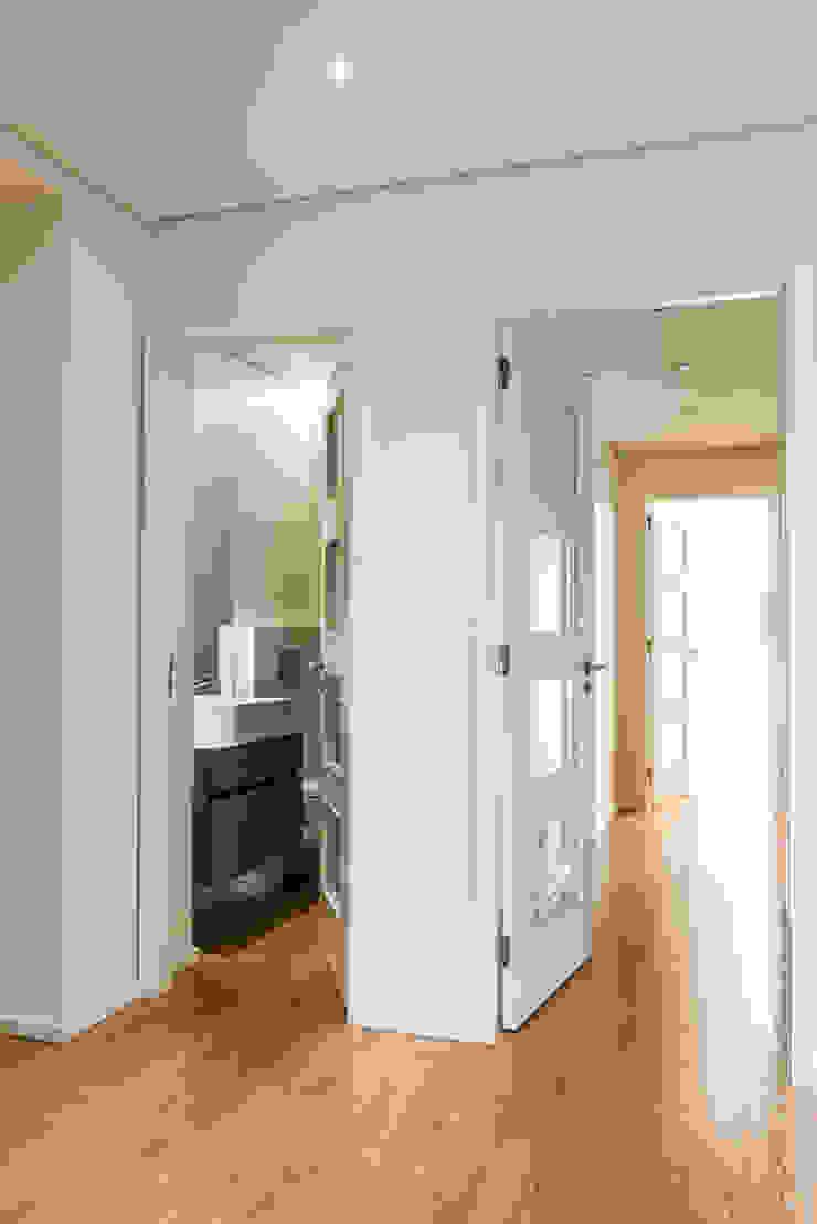 Zona de quartos - T3 em Leça da Palmeira - SHI Studio Interior Design ShiStudio Interior Design Corredores, halls e escadas modernos