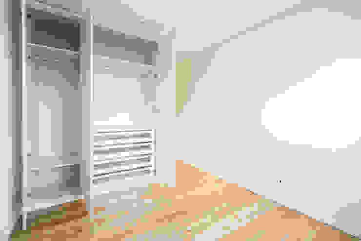 Quarto | Roupeiro - T3 em Leça da Palmeira - SHI Studio Interior Design ShiStudio Interior Design Quartos pequenos